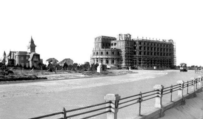 Hotel Carrasco en construcción. Año 1917. (Foto 1359 FMH.CMDF.IMM.UY)