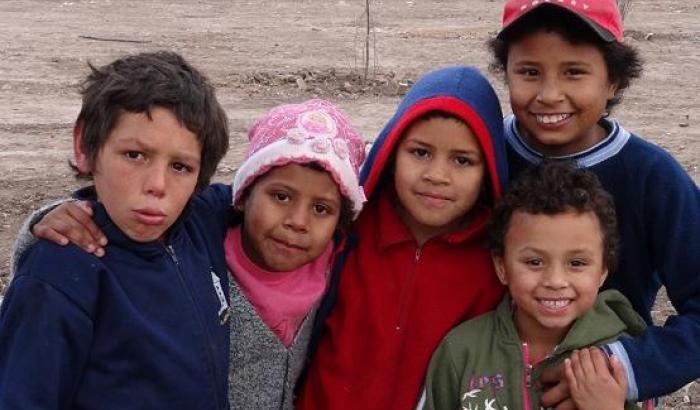 Niños y niñas jugando en la plaza de Boix y Merino